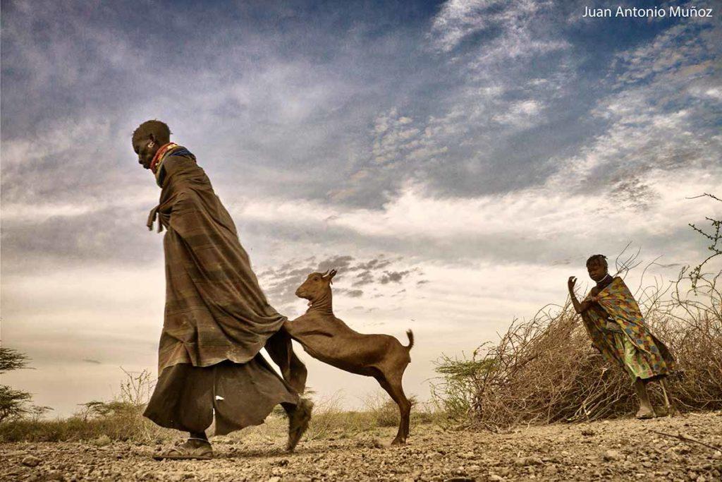 Anciana y cabra turkana Kenia