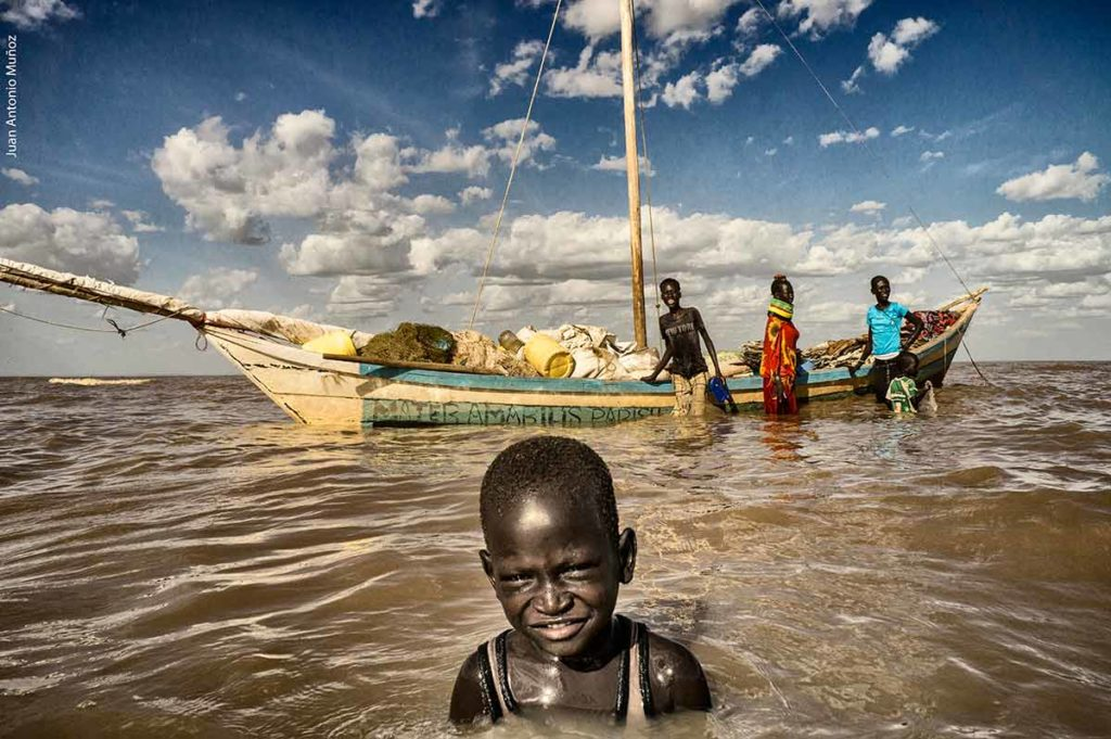 Pescador lago Turkana Kenia