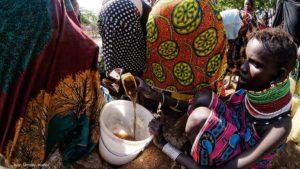 Recogiendo agua Kenia