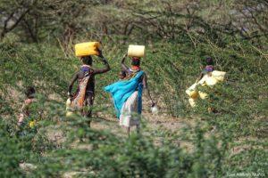 Transportando agua Kenia