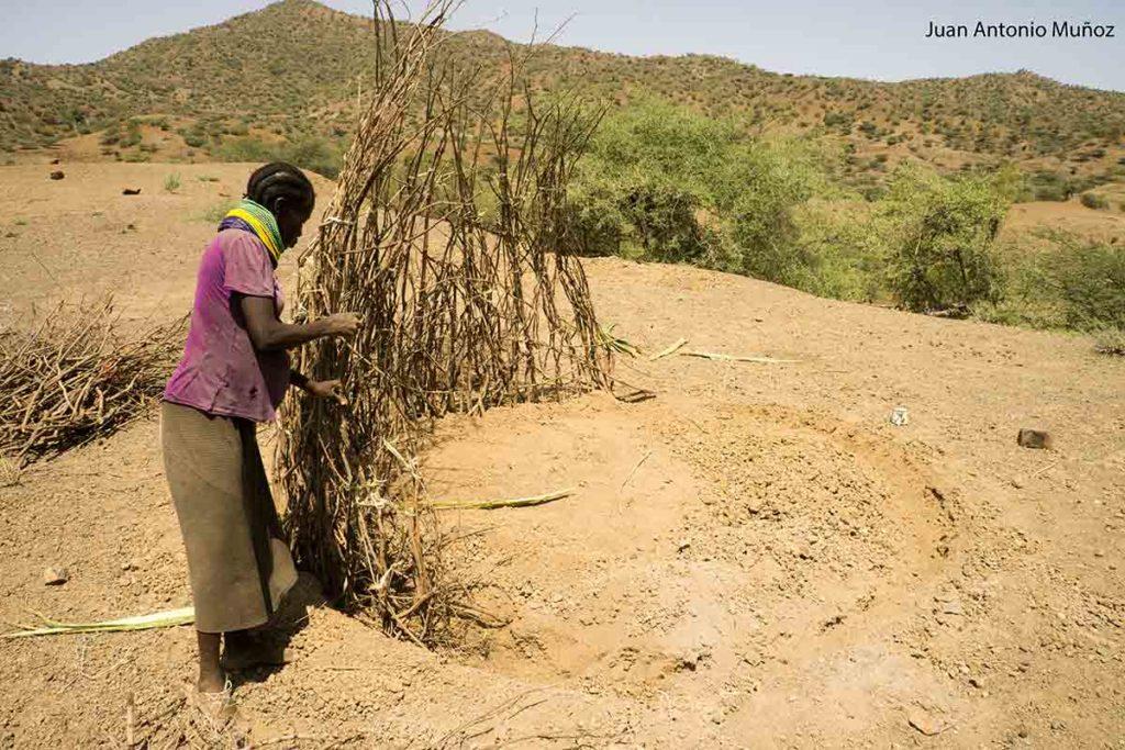 Construyendo choza Kenia