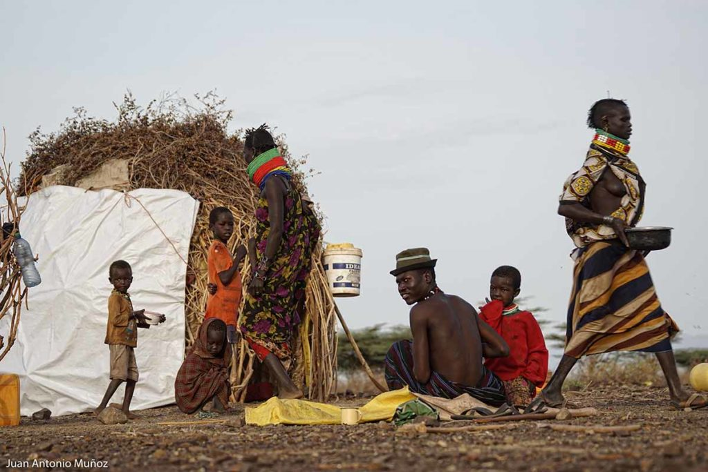 Familia turkana en choza Kenia