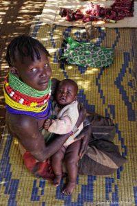 Madre bebé y carne Kenia