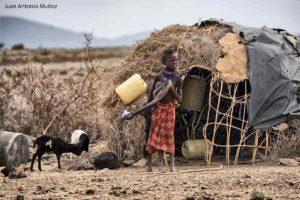 Niña turkana en choza Kenia