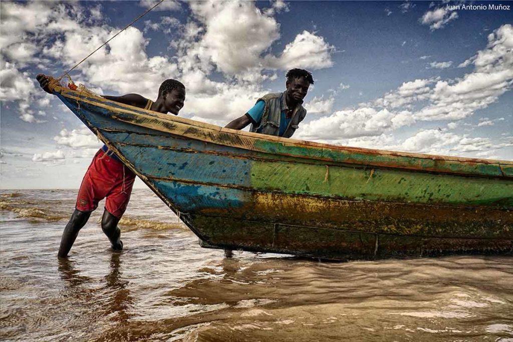 Saliendo a pescar al Turkana Kenia