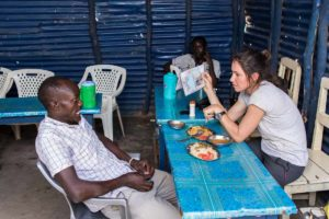 Tatiana y Moses en restaurante Kakuma