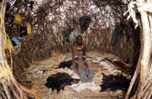 Turkana dentro de choza.Kenia