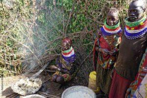 Turkanas cocinando Kenia