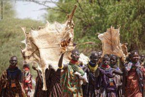 Turkanas con pieles Kenia