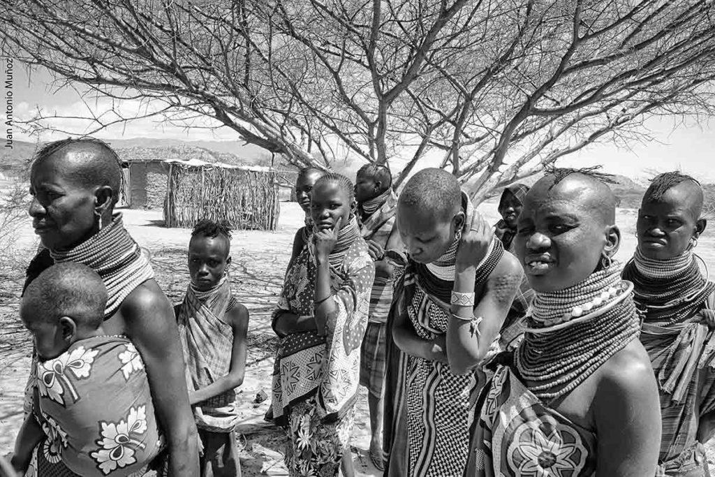 Turkanas en aldea Kenia