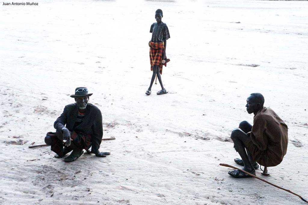 Turkanas sentados Kenia