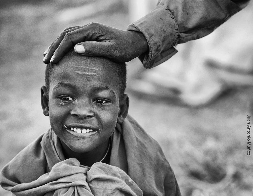 Niño turkana y abuelo Kenia