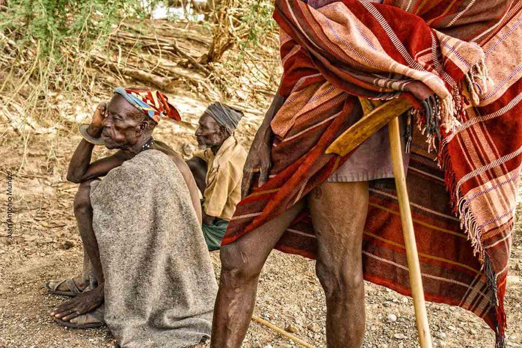 Turkanas charlando Kenia