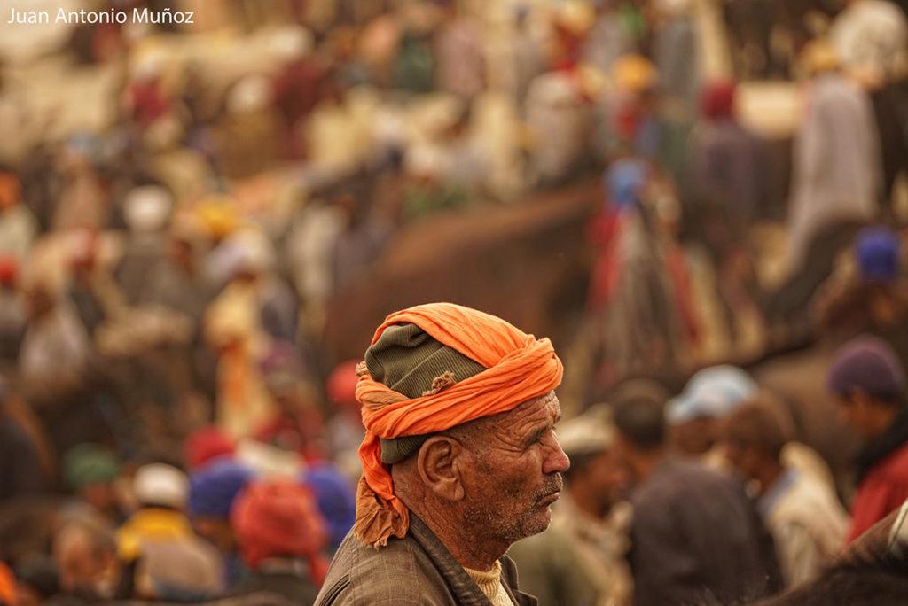 Bereber en mercado Imilchil Marruecos