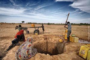 Rellenando bidones. Mauritania