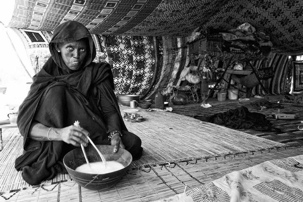 Mujer con cuenco leche. Mauritania