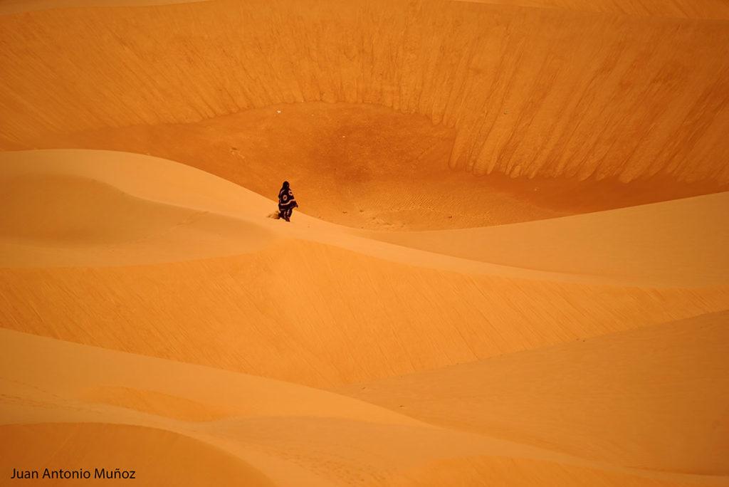 Caminando en la duna. Mauritania