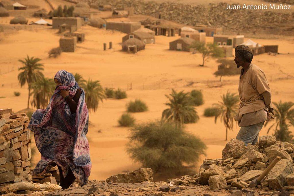 Mujer y hombre en aldea. Mauritania