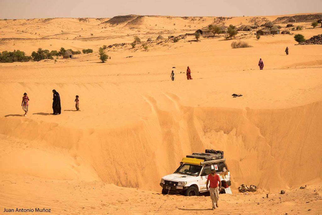 Atascados junto al pueblo. Mauritania