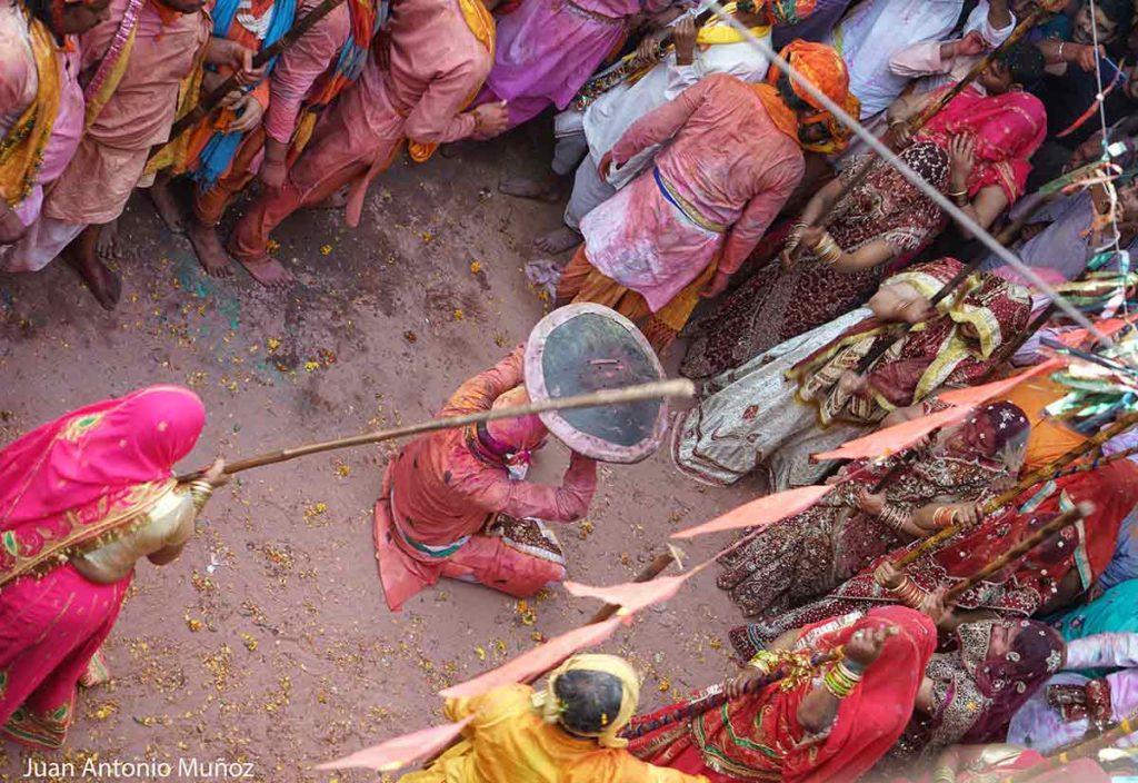 Mujeres con palos. India