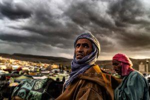 Miradas en mercado. Marruecos