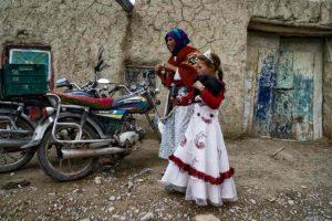Madre e hija en mercado. Marruecos