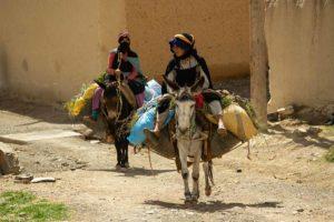 Mujeres bereberes a caballo. Marruecos