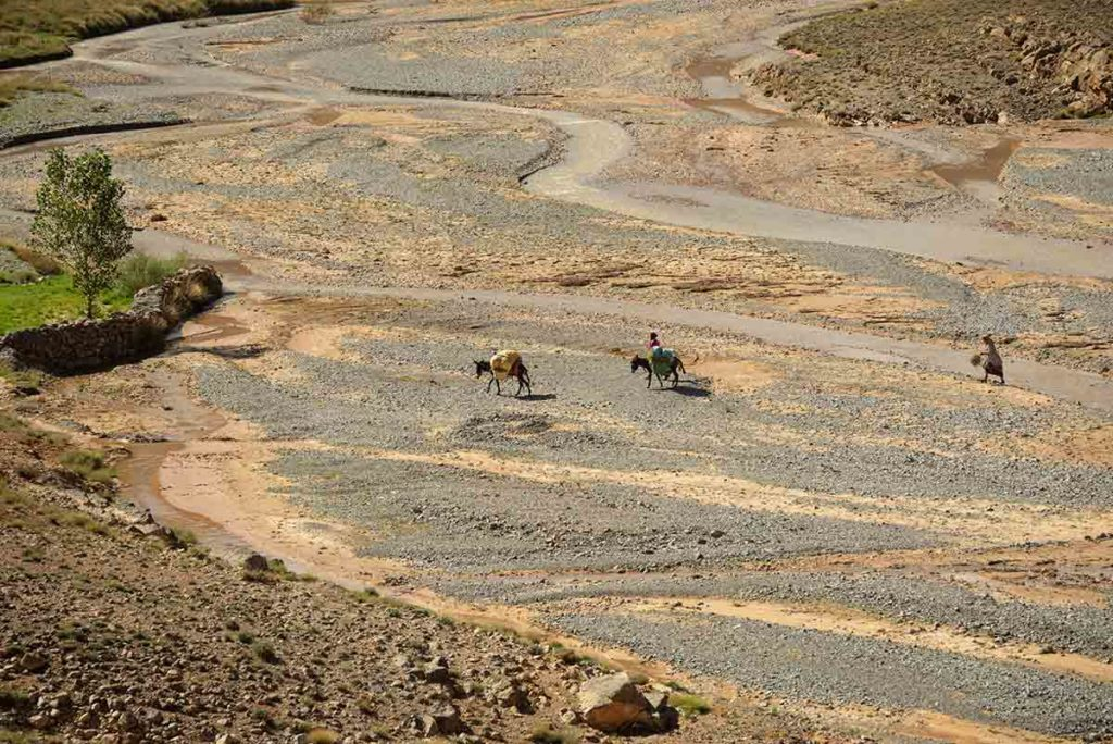Nómadas cruzando río. Marruecos