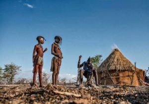 Himbas en choza. Namibia