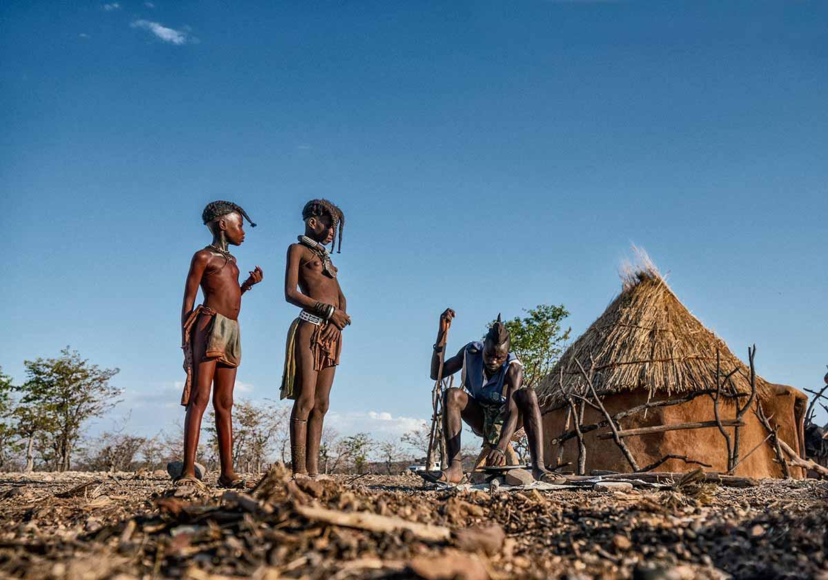 Choza y niños Himba. Namibia