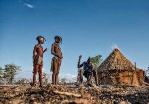 Niños Himba en choza. Namibia