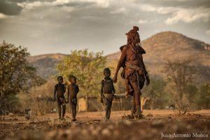 Himbas paseando. Namibia