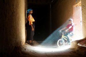Niño bici Tamgroute. Marruecos