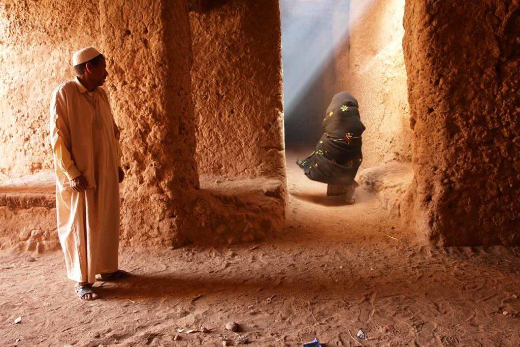 Hombre mirando señora. Marruecos