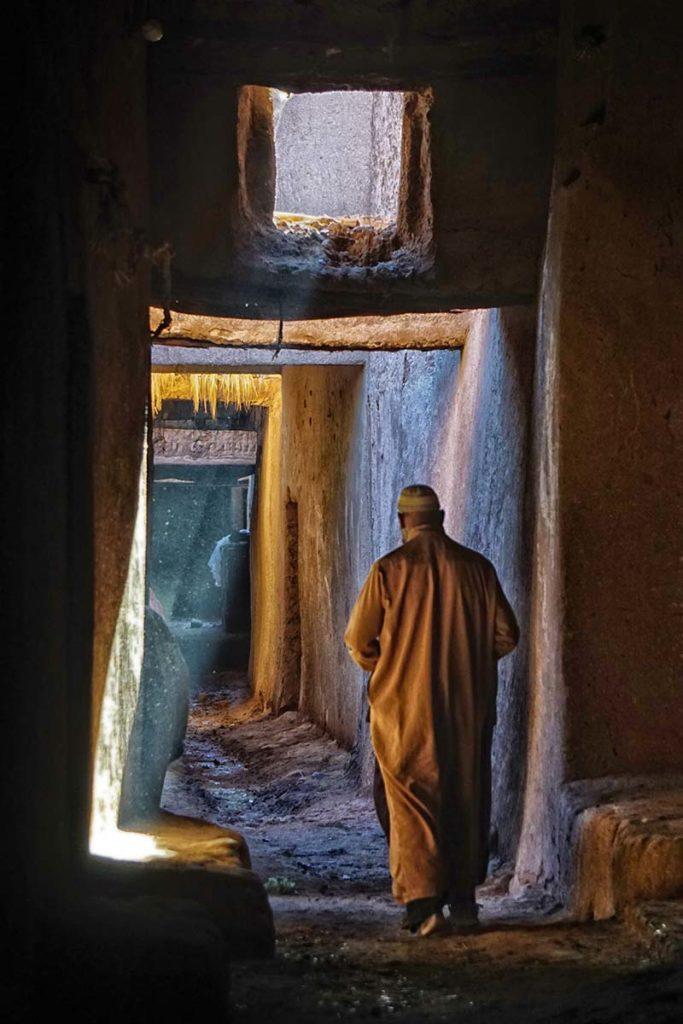 Señor en túnel del Draa. Marruecos