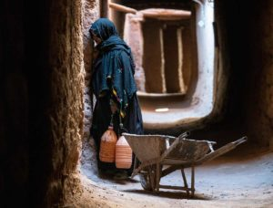 Señora y carretilla. Marruecos