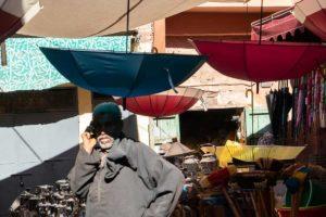 Paraguas en mercado. Marruecos