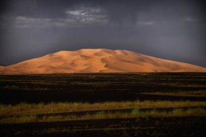 Duna en terreno negro. Marruecos
