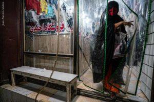 Mujer en tienda Minab. Irán