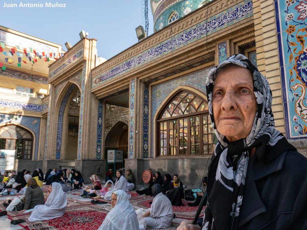 Mujer mezquita Tajrish. Teheran