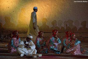Bailarín junto a muro. Marruecos