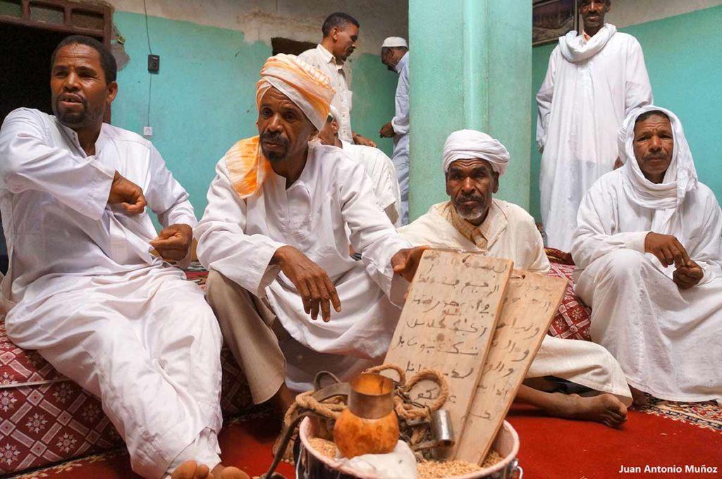 Señores y tabla Corán. Marruecos