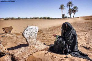 Rezando en las dunas. Marruecos