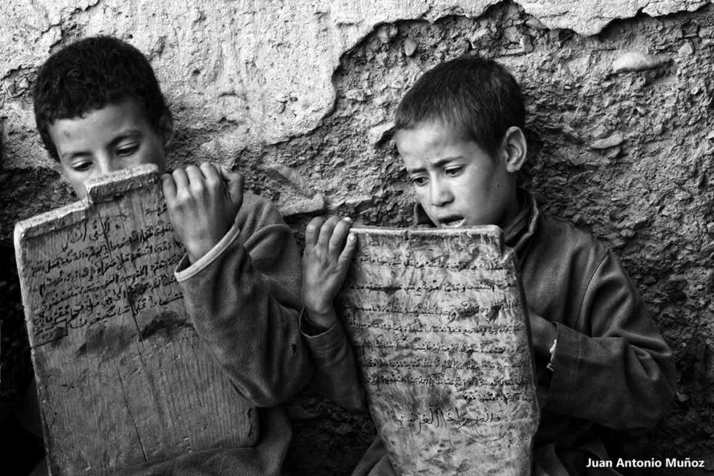 Niños y tablas en bn. Marruecos