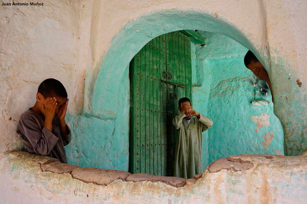 Niños en entrada escuela. Marruecos