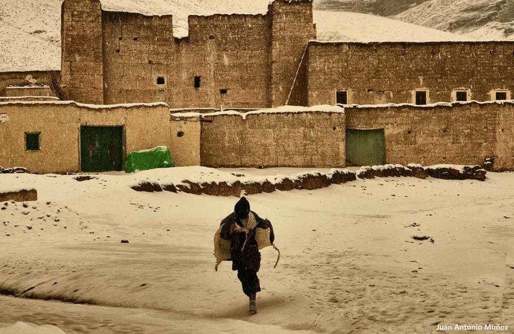 Chica nieve Agoudal. Marruecos