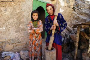 Chicas moliendo grano. Marruecos