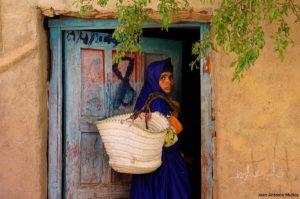 Mujer entrando en casa. Marruecos