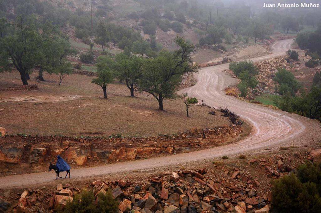 Cabalgando bajo lluvia. Marruecos