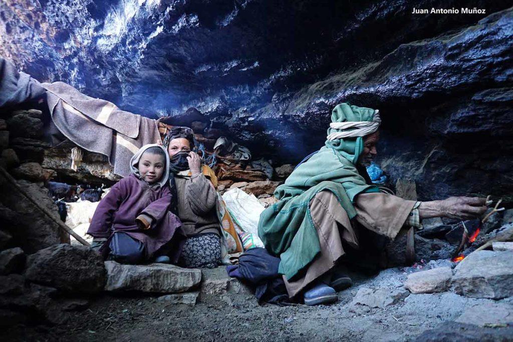 Familia bereber en cueva. Marruecos